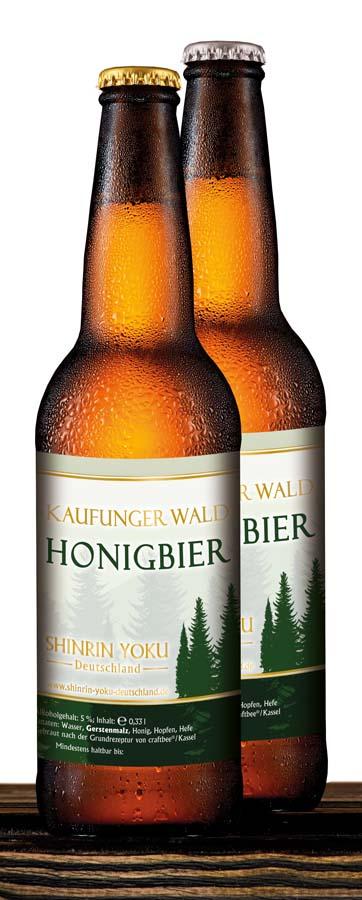 2 Flaschen Bier auf einer hölzernen Basis
