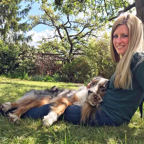 Hundetrainerin Meike von Hunderunder Kaufunger Wald mit Hund Ace.
